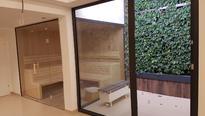 Sauna Wellness Landschaft und Wellnessraum mit Sitzbankradiator